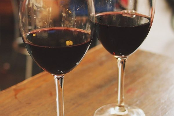 Se desmiente que una copa de vino al día es favorable para la salud.